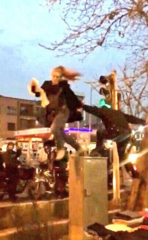 伊朗女脫頭巾上街抗議 竟遭警察從配電箱上推落