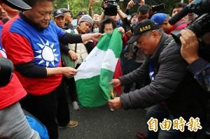 下班時間到!拆台灣旗拗旗桿 反年改鬧完宣布解散