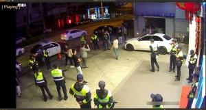 為搶女人兄弟反目 KTV前互嗆遭警壓制
