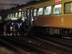 自強號出軌疑人為疏失 台鐵拚明早首班車前完成搶修