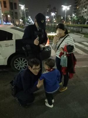 3歲男童迷途高雄燈會 警助返回母懷抱