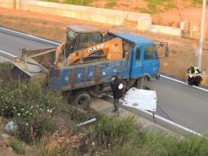未拉手煞車 小貨車司機被輾壓拖行當場慘死