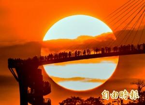 南台灣新景點超紅! 夕陽與「崗山之眼」相輝映(圖輯)