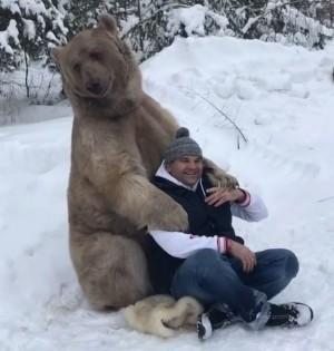 正港熊抱!棕熊雪地浪漫環抱溫暖他 影片46萬人次都看過