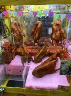 晚餐靠這台了! 夾娃娃機驚見「烤鴨」
