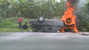 82歲翁撞斷整排路樹…翻車起火 老伴昏迷