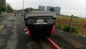 疑趕上班搶快 轎車轉彎猛撞人行道翻覆