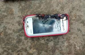 電池爆炸!邊充電邊講電話...少女慘遭手機炸死