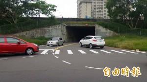 竹北車行涵洞壅塞 汽機車驚險爭道