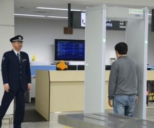 「黃金胸墊」效應? 新千歲機場入境處設金屬感應門