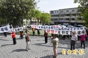 反對養豬場蓋住家旁  大埤鄉民拉白布條抗議
