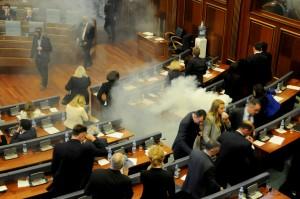 比台灣立院更狂...這國議員在國會丟催淚彈抗議!