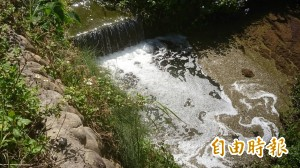 關西又見白色泡沫污染溪水 這次換水坑溪…
