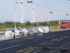 9噸桶裝硫酸掉落地面 蘆竹傳化學槽車洩漏