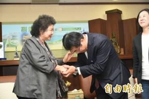 黃偉哲請益 花媽要他與陳其邁通力合作