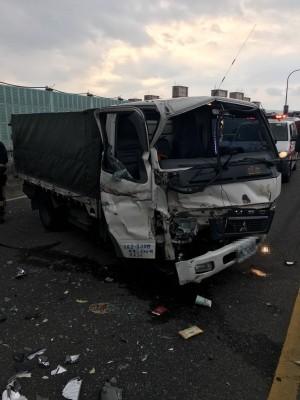台64驚傳5車追撞車禍 2人送醫急救
