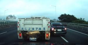 貨車下交流道遭轎車搶線 纏鬥1分鐘還是被插進去了
