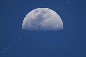 國際太空站路過月亮盤面 畫面令人驚艷