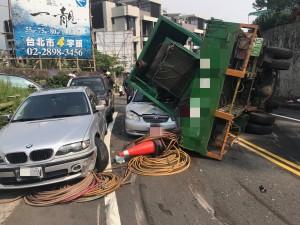 貨櫃車翻覆壓轎車 2人輕傷