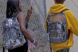 佛州高中防槍擊限揹透明書包 學生轟侵犯隱私