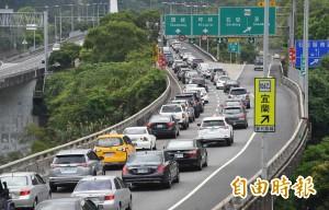 連假首日國道塞爆 學者:交通部低估了