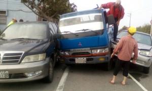 小貨車切入車道擦撞釀「三貼」 7旬老夫婦爬窗逃出