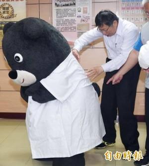 柯P好奇為何穿白袍能露出尾巴? 熊讚解答啦!