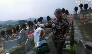 強國大媽清明節「掃」墓   將別人的供品打包帶回家