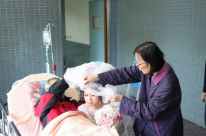 一定要幸福!病房內幫女兒蓋頭紗 癌末爸不缺席