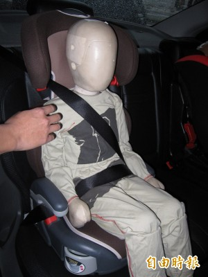 媽媽抱小女嬰坐副駕 安全帶緊勒脾臟出血