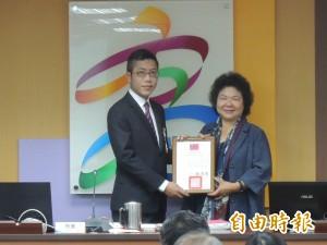 頒獎丁允恭 陳菊感性:浪漫文青同甘共苦10年