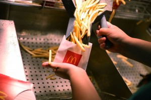 女網友要求薯條加鹽 店員拿出一整袋...讓她直呼「洗腎嗎?」