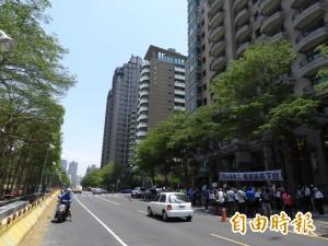 輕軌施工17米道路變3.3米?豪宅區居民抗議