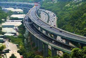 19歲男行駛五楊高架突下車墜橋 重傷送醫救治
