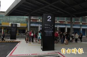 國光客運基隆臨時站首日 尖峰時間廁所不夠用
