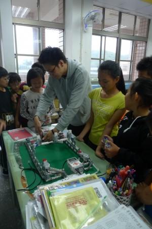 創客風氣進國小 暖江學童動手組裝機器人