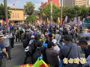 反年改八百壯士攻立院 強搶媒體相機、毆打記者