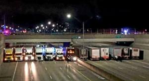 暖心一幕!13輛貨櫃卡車這樣做 阻失意男輕生