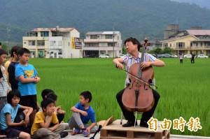 水稻田旁辦快閃 音樂頑童張正傑為稻米演奏大提琴