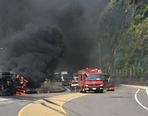 貨櫃車火燒車翻覆    駕駛及時逃出躲過一劫