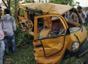 印度校車與火車相撞   13學童死亡