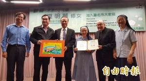 奉獻30年!84歲夏明麗修女拿到身分證成「正港」台灣人