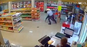 牛仔好忙! 去超商購物順便壓制持槍搶匪
