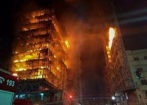 影片曝光!惡火熔倒巴西廢棄大樓 至少已釀1死