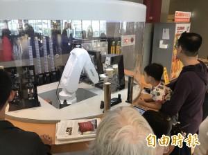 機器人煮咖啡不稀奇   還幫你蓋杯蓋