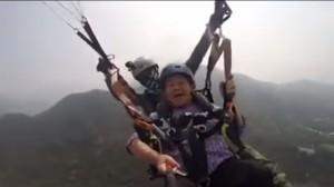 啥米攏嘸驚!87歲阿嬤爽玩飛行傘 網友:換我可能會閃尿