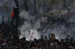 蒙面黑衣人半路殺出 巴黎勞動節遊行變調109人被逮