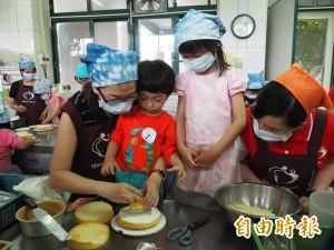 烘焙庇護工場學員當講師 親子一同裝飾母親節蛋糕