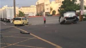 無號誌路口搶快 轎車遭撞翻四輪朝天