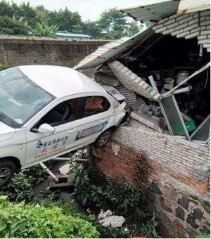 學員開教練車猛倒退    撞毀民宅、駕訓班停業一週